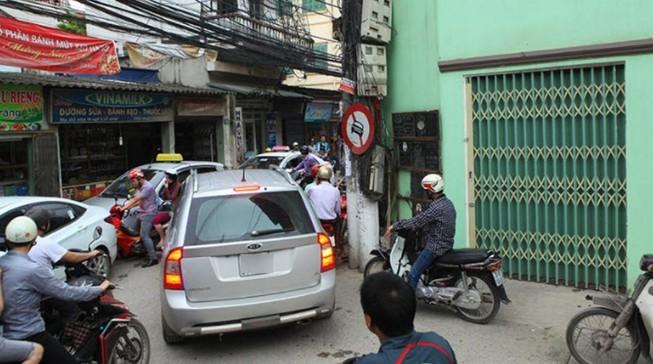 Xe từ đường nhánh ra đường chính có phải nhường đường?