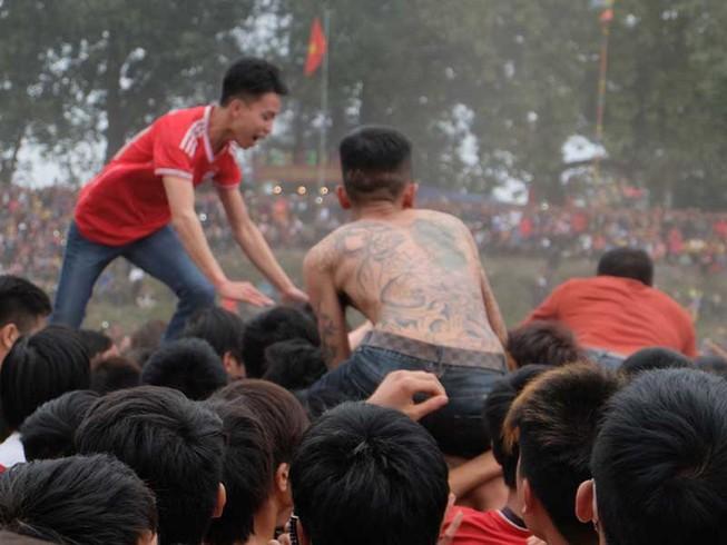 Lễ hội còn tràn lan, tranh cướp phản cảm