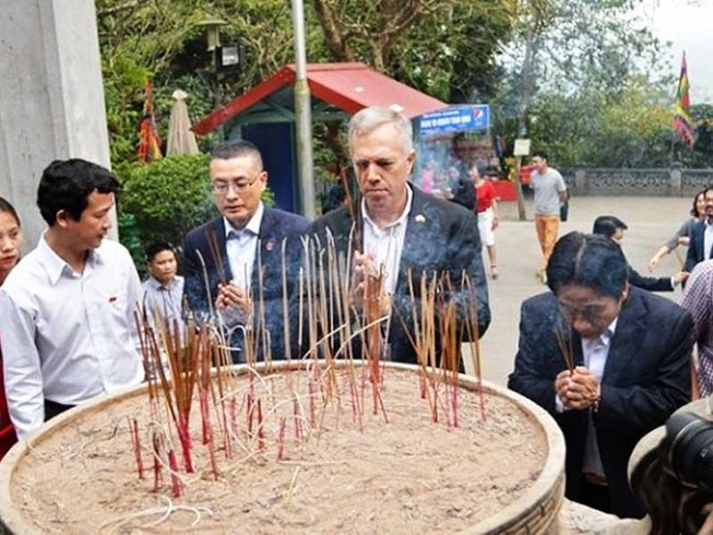 Đại sứ Mỹ đạp xe lên đền Hùng dâng hương