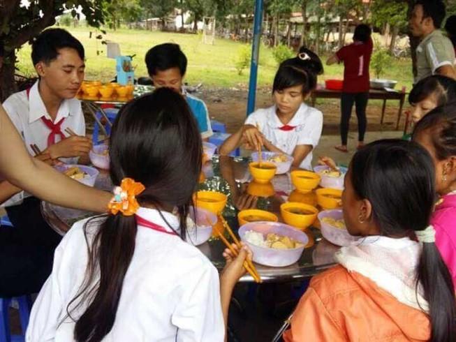 Anh Tám Khỏe giúp học sinh có bữa 'cơm trưa có canh'