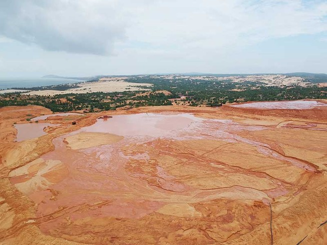Những hồ bùn đỏ khổng lồ chực chờ gây họa