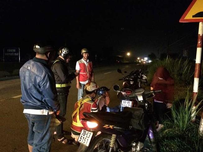 Dân tặng ... xăng cho Đội cứu nạn giao thông