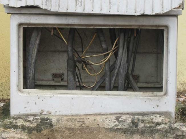 Góc ảnh: Tủ điện mất nắp