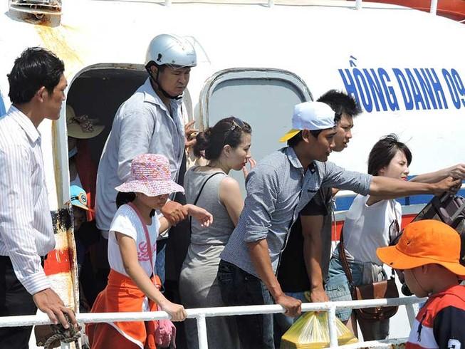 Du khách nườm nượp tham quan đảo Lý Sơn dịp lễ 30-4