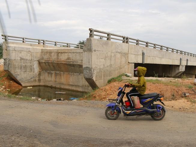 Cầu 12 tỉ đồng xây rồi để hoang giữa đồng