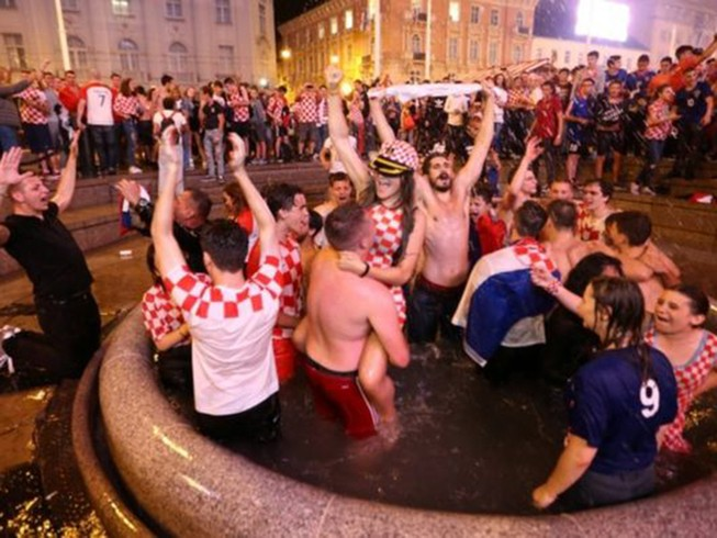 CĐV Croatia ngây ngất sau khi lật đổ tuyển Anh