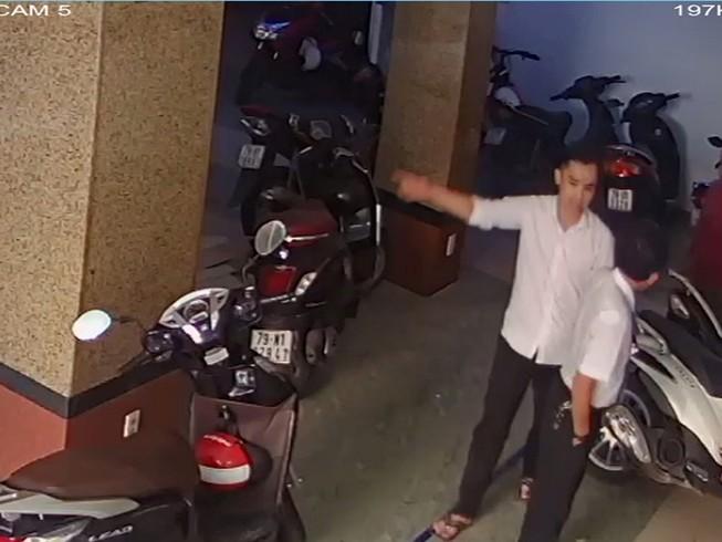 Thư ký tòa bị tố dính líu đến nhà của đương sự