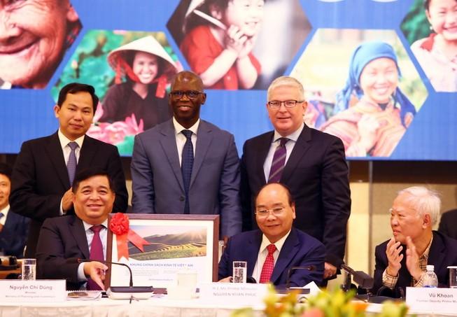 """Thủ tướng Nguyễn Xuân Phúc cùng các đại biểu tại """"Diễn đàn cải cách và phát triển Việt Nam"""" diễn ra ngày 5-12- Ảnh: C.L"""