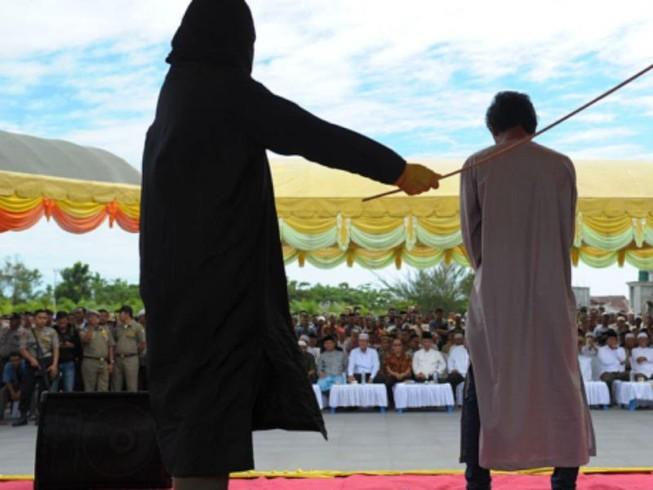 Indonesia: Người đồng tính quan hệ bị phạt đánh 100 roi