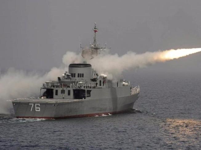 Tàu tên lửa Iran xua đuổi tàu chiến Mỹ tại vùng Vịnh