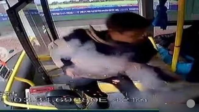 Nổ trên xe buýt ở Trung Quốc, 17 người bị thương