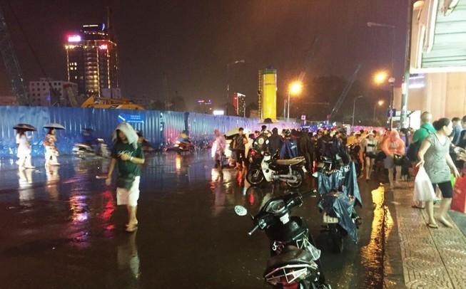 Mưa lớn, chợ Bến Thành lần đầu bị ngập