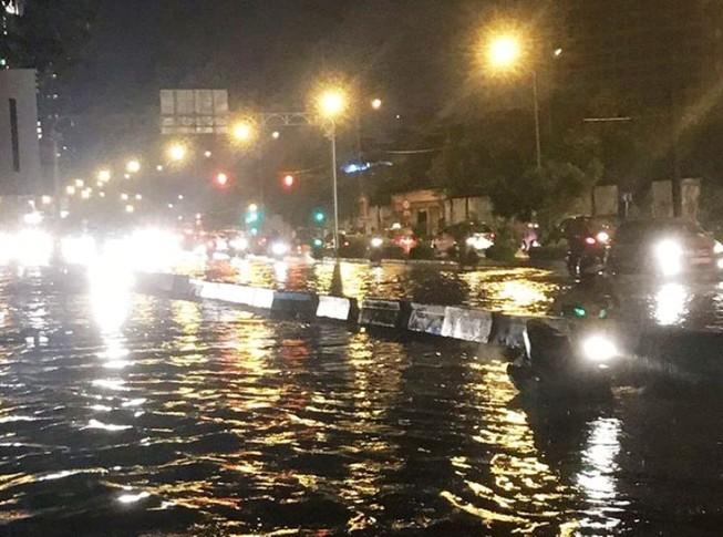 Sau cơn mưa to, nhiều ôtô chết máy vì ngập nước