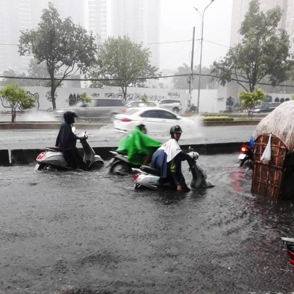 Mới mưa đầu mùa, nhiều đường ở TP.HCM ngập sâu