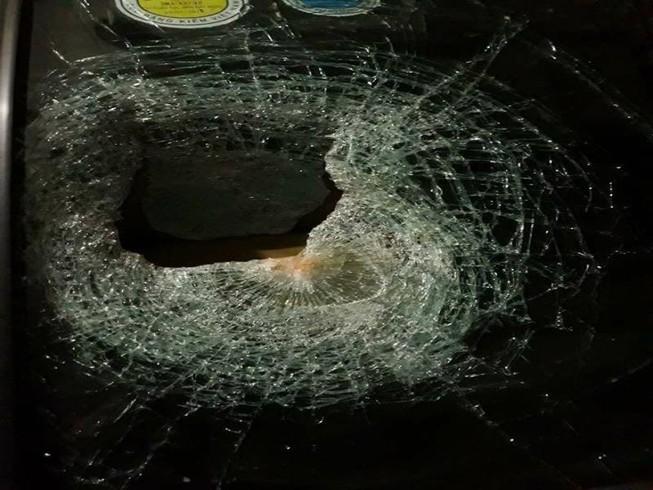 Đề nghị công an vào cuộc vụ ném đá vào ô tô