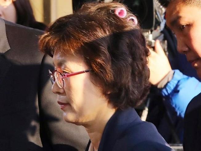 Thẩm phán Hàn Quốc gây sốt khi đeo lô cuốn tóc tới tòa