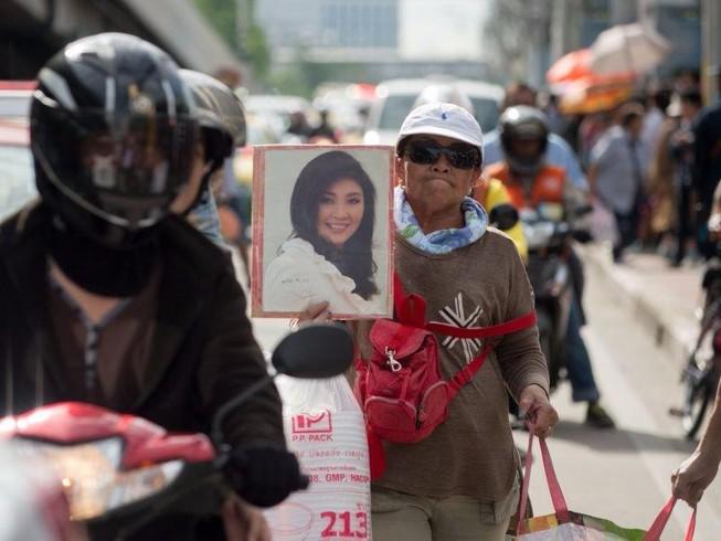 Đoàn xe chở bà Yingluck tới gần biên giới Campuchia