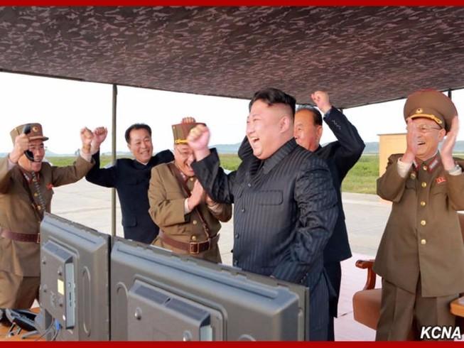 Triều Tiên công bố hình ảnh tên lửa phóng qua Nhật