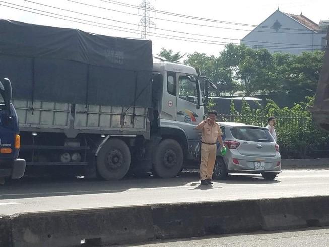 Ô tô bị xe tải đẩy hàng chục mét, hành khách hoảng loạn kêu cứu 2