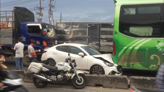 Tai nạn liên hoàn, 3 ô tô dính chùm ở quận 12
