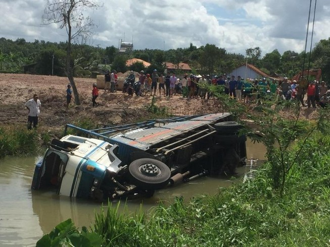 Tai nạn kinh hoàng ở Bình Dương, 3 người tử nạn