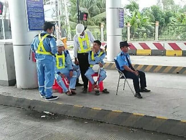 Phút thảnh thơi của nhân viên BOT Cai Lậy khi xả trạm