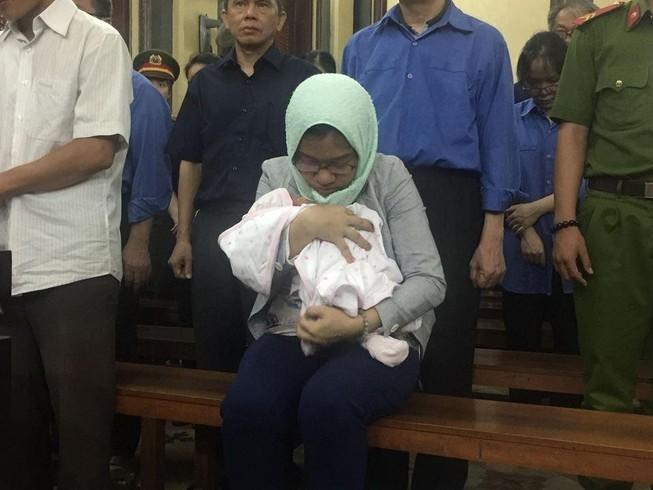 Bị cáo ẵm con mới sinh chưa đầy tháng đến hầu tòa
