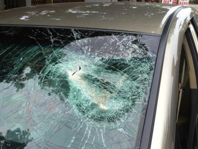 Ném bể kính ô tô gây thương tích, lãnh 6 tháng tù