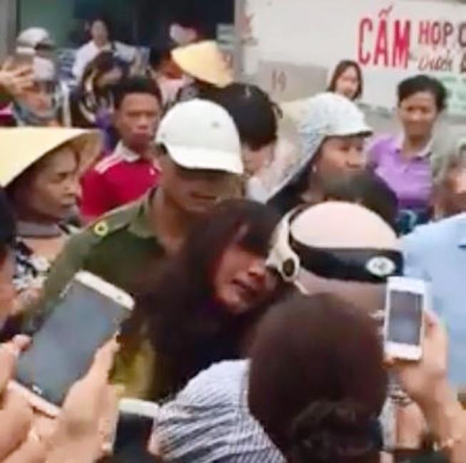 1 phụ nữ bị hàng trăm người đuổi bắt, đánh đập