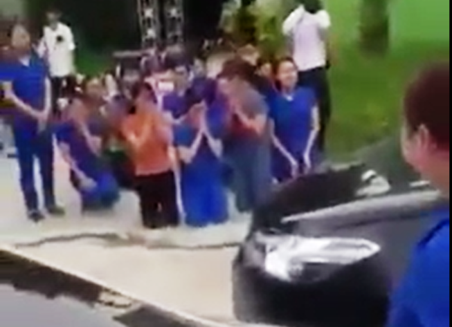 Nhiều cô giáo quỳ, chắp tay bên xe hơi chủ tịch thị trấn