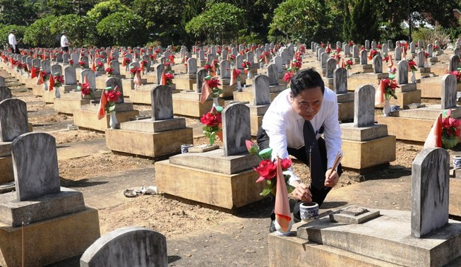 Trung ương MTTQ VN dâng hương tại Nghĩa trang liệt sĩ Việt-Lào