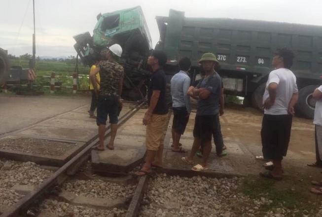 Tàu hỏa lại gặp nạn, đường sắt Bắc-Nam ách tắc