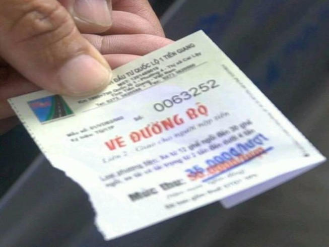 ài xế thắc mắc về việc dùng vé cũ rồi xóa đi mệnh giá cũ và đóng mộc mức giá mới vào là không hợp pháp (ảnh THÁI VŨ)
