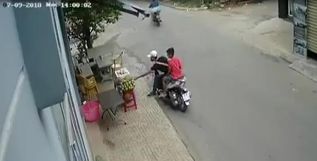 Thanh niên đi xe SH trộm sầu riêng