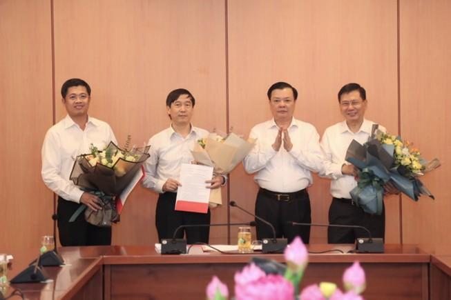 Bộ trưởng Bộ tài chính Đinh Tiến Dũng trao quyết định cho ông Đặng Đức Mai, ông Nguyễn Đại Trí và ông Phạm Đức Thắng