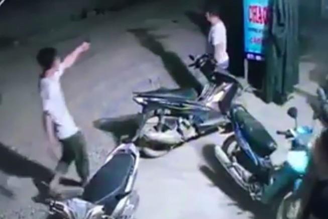 Trưởng công an xã nổ súng liên tiếp ở quán ăn đêm