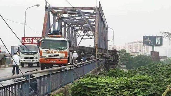 Xe tải nổ lốp tông 2 người rồi lao ra khỏi thành cầu