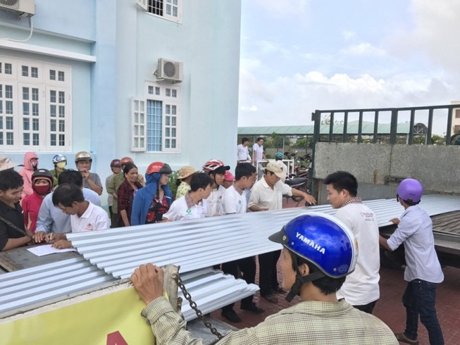 Hoa Sen tặng tôn cho người dân vùng bão lũ miền Trung