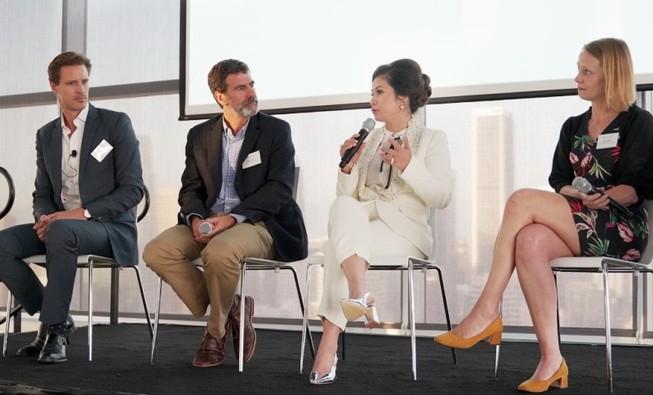 Bà Diệp Thảo với cà phê Việt tại diễn đàn CEO toàn cầu