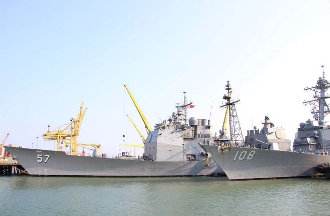 Uy lực 2 chiến hạm hộ tống tàu sân bay Mỹ đến Đà Nẵng