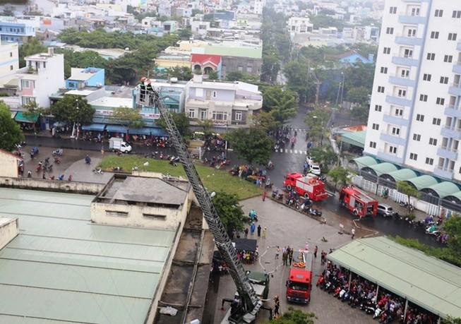 Sau tiếng nổ, khói bốc lên trong căn hộ chung cư