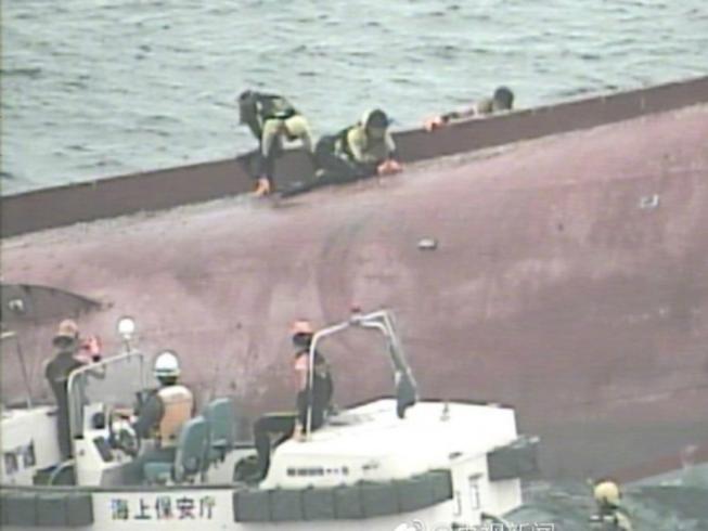 Tàu cá Trung Quốc tông tàu dầu Hong Kong, 12 người chết