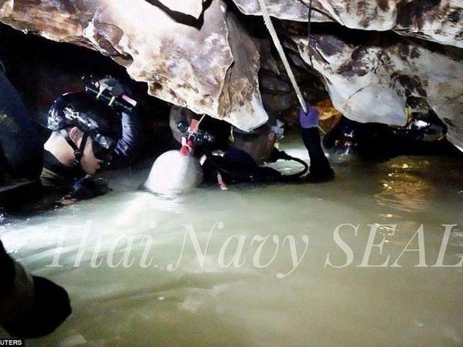 90 thợ lặn tham gia giải cứu đội bóng nhí Thái Lan