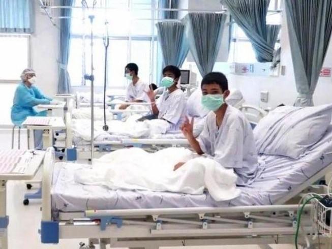 Nước mắt vỡ òa khi đội bóng nhí Thái Lan gặp cha mẹ