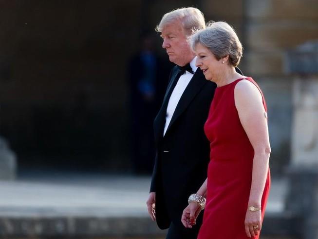 Lần đầu tới Anh, ông Trump đã gây khó cho bà May