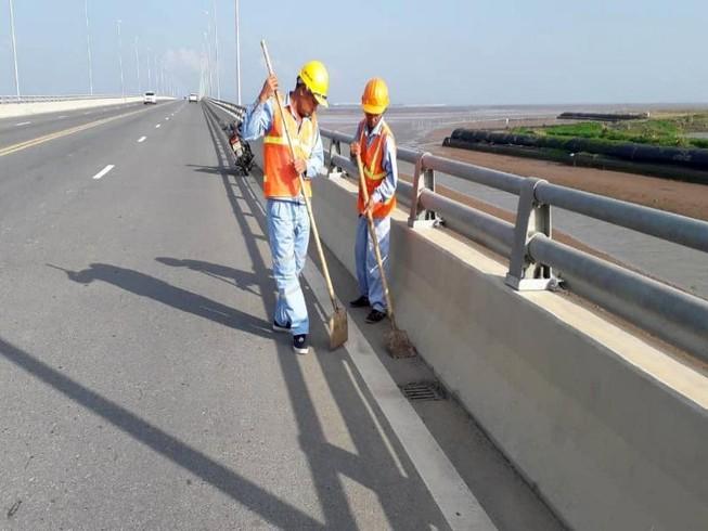 Cầu vượt biển dài nhất Việt Nam nghi bị rải đinh liên tiếp