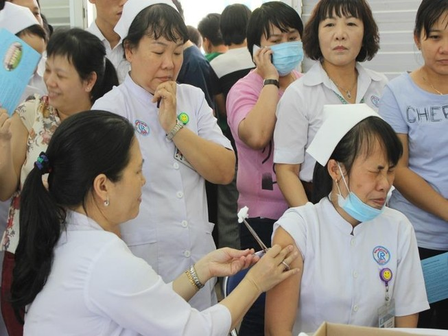 Bác sĩ cũng sợ đau khi được chích ngừa cúm
