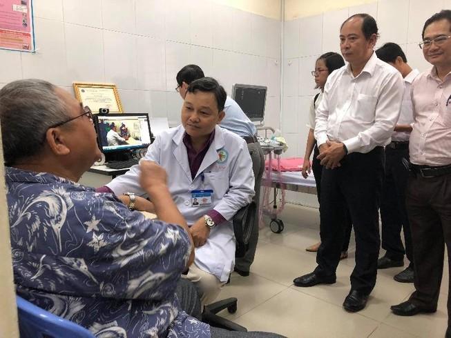 Khám bệnh ở trạm y tế được hội chẩn bệnh với bác sĩ tuyến cuối