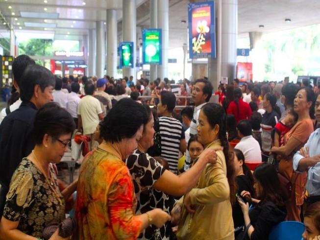 Sân bay Tân Sơn Nhất chiều cuối năm đông nghẹt