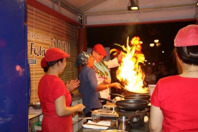 Chảo lửa nhảy múa ở lễ hội ẩm thực quốc tế Hội An